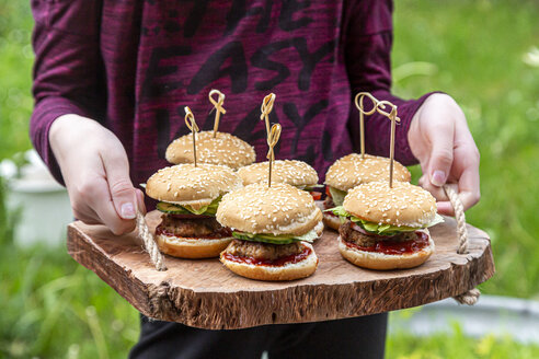 Girl holding wooden tray with mini burger - SARF04279