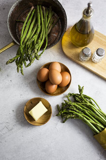 Asparagus, eggs, a piece of butter, salt and pepper and oil - GIOF06319