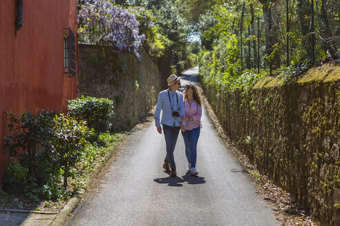 Affectionate couple strolling through narrow alleys in Florence, Tuscany, Italy - MGIF00443