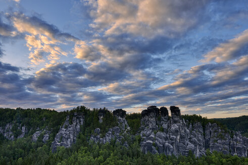 Germany, Saxony, Elbe Sandstone Mountains, view from the Bastei to the rock formation Kleine Gans at twiligh - RUEF02192