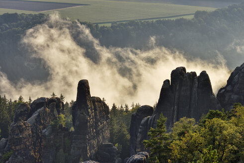 Germany, Saxony, Elbe Sandstone Mountains, rocks and rock needles of the Schrammsteine at backlight - RUEF02207