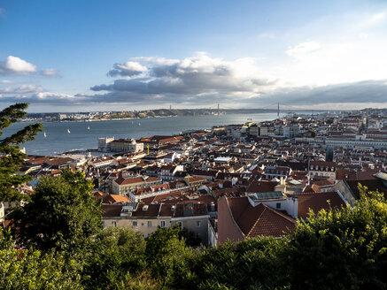 Portugal, Lissabon, Überblick über die Stadt mit Brücke Ponte 25 de Abril über Fluss Tejo vom Miradouro da Nossa Senhora do Monte aus gesehen - AMF07020