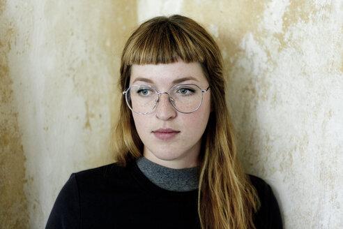 Deutschland,NRW,Ruhrgebiet,Stadt Essen,Porträt einer Studentin - FLLF00171