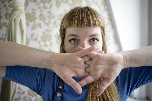 Deutschland,NRW,Ruhrgebiet,Stadt Essen,Studentin streckt ihre Hände - FLLF00192