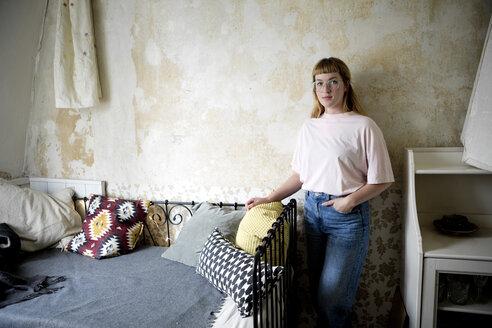 Deutschland,NRW,Ruhrgebiet,Stadt Essen,Studentin in ihrem Zimmer - FLLF00195