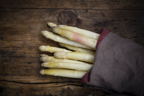 Bunch of white asparagus, kitchen towel, from above - LVF08038