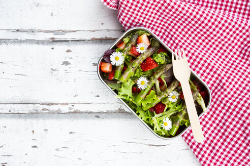 Lunchbox with green salad, green asparagus, strawberries and daisies - LVF08041