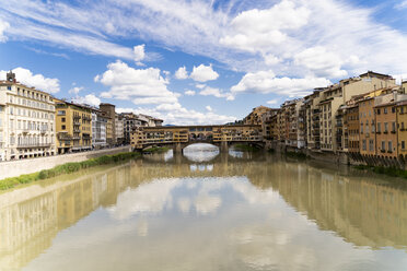 Italy, Florence, River Arno and Ponte Vecchio - FMOF00639
