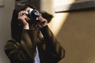 Italy, Florence, young tourist woman taking pictures in the city - FMOF00651