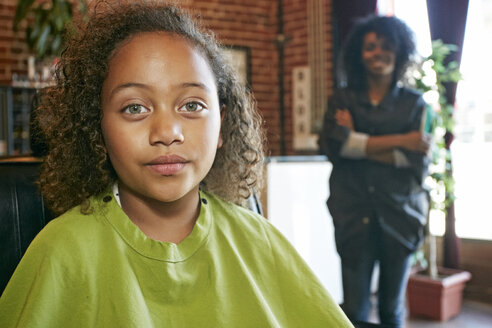 Serious customer with hairdresser in hair salon - BLEF04238