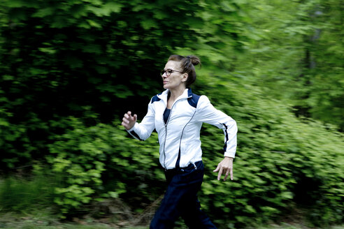 Female mature jogger in the forest - FLLF00209