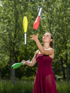 Young woman juggling - STSF01990