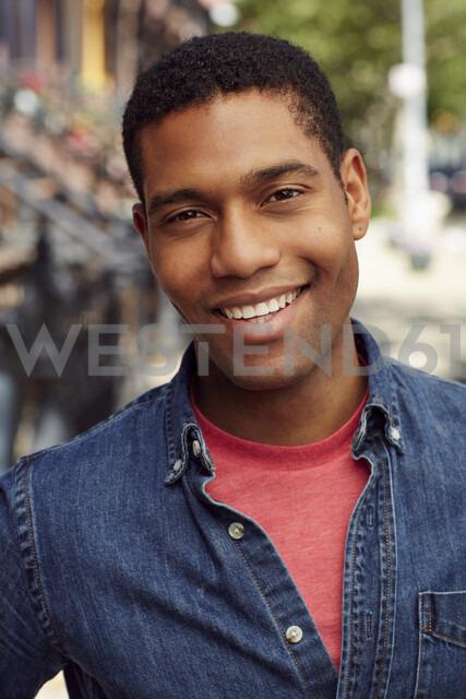 Smiling man posing on city sidewalk - BLEF04521 - Granger Wootz/Westend61