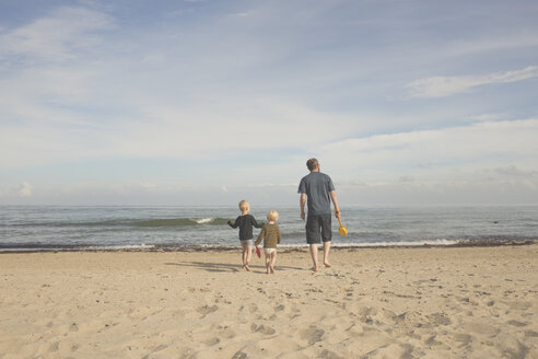 Father with two kids on the beach - IHF00038