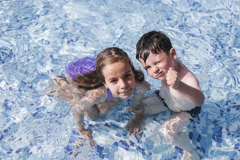 two childrens playing in the swimmingpool/Span/Almeria/San José - LJF00032