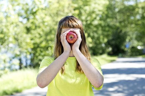 Deutschland,NRW,Ruhrgebiet,Stadt Essen,junge Frau mit einem Apfel - FLLF00219
