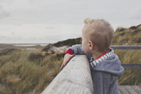 Blond little boy looking at the dunes, Sylt, Germany - IHF00054