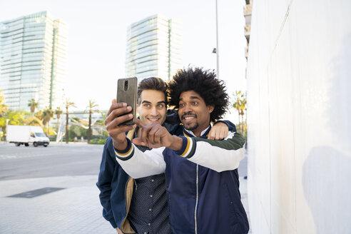 Two happy friends taking a selfie in the city, Barcelona, Spain - AFVF03143