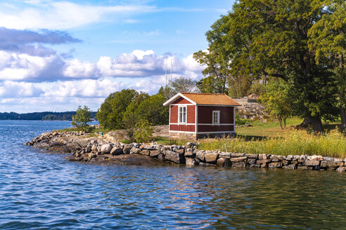 Houses or huts in traditional red color on smallislands at the Archipelago near stockholm - TAMF01509