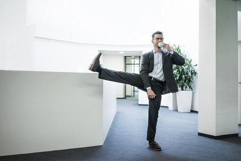 Deutschland, Rechlinghausen, Business, Büro, Plandid, Mann, 37 Jahre, Tänzer, Sportler, Balance, Gleichgewicht - MOEF02176