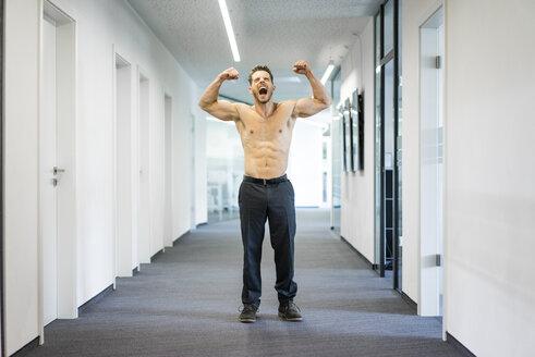 Deutschland, Rechlinghausen, Business, Büro, Plandid, Mann, 37 Jahre, Tänzer, Sportler, Erfolg, Muskeln, Kraft, Nackt, Oberkörper, Muskeln zeigen, Stärke - MOEF02242