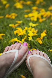 Close up of feet of woman wearing flipflops - BLEF06082