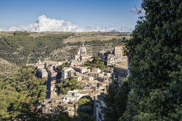 View from Ragusa Superiore to Ragusa Ibla with Duomo di San Giorgio, Ragusa, Sicily, Italy - MAMF00745