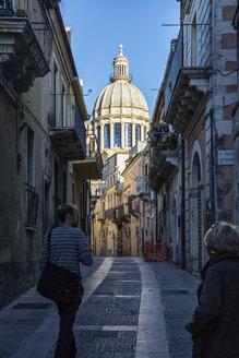 Blick von einer Gasse aus der Altstadt von Ragusa auf Duomo di San Giorgio, Ragusa Ibla, Ragusa, UNESCO-Welterbe, Provinz Ragusa, Sizilien, Italien - MAMF00757