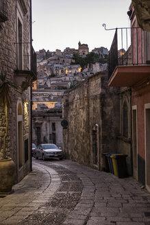 Blick von einer Gasse in Ragusa Ibla auf Ragusa Superiore, Ragusa, UNESCO-Welterbe, Provinz Ragusa, Sizilien, Italien - MAMF00763