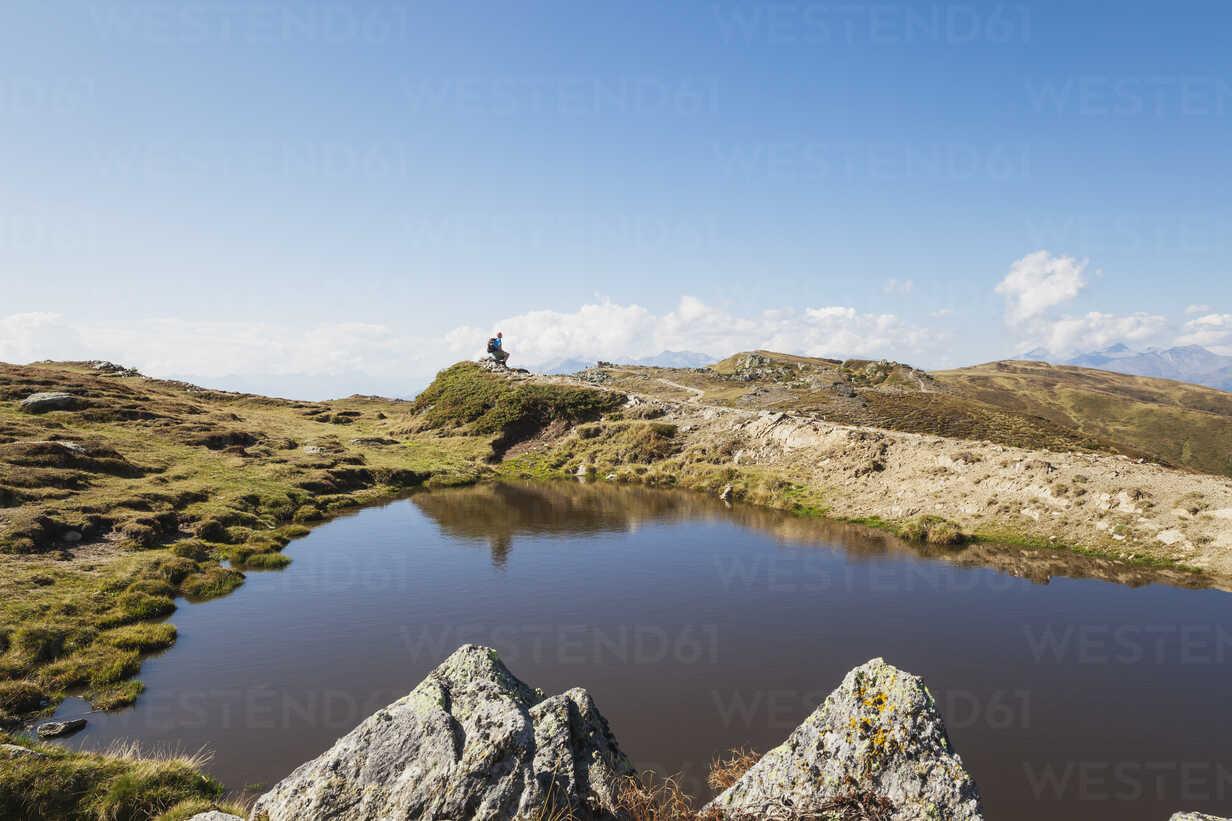 Hiker resting at Almbrunn hiking trail, Lammersdorf Mountain, Nock Mountains, Carinthia, Austria - GWF06086 - Gaby Wojciech/Westend61