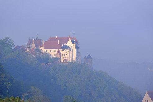 Burg Trausnitz, bei Sonnenaufgang, Ausblick von Carossa-Höhe, Landshut, Niederbayern, Bayern, Deutschland - SIEF08647
