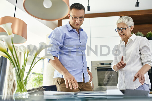 Man and mature woman in a kitchen retail store examining material samples - ZEDF02433 - Zeljko Dangubic/Westend61
