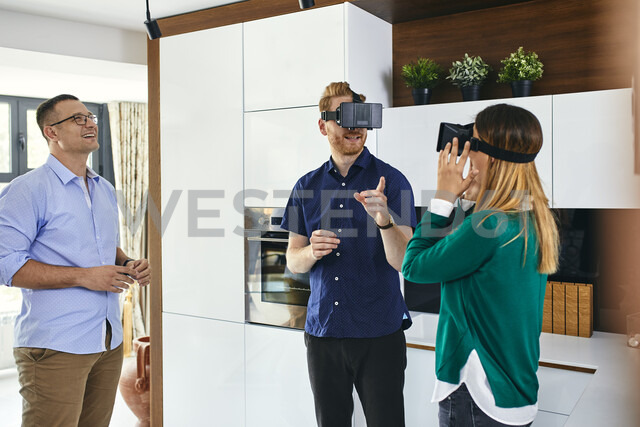 Couple wearing VR glasses shopping for a new kitchen in showroom - ZEDF02442 - Zeljko Dangubic/Westend61