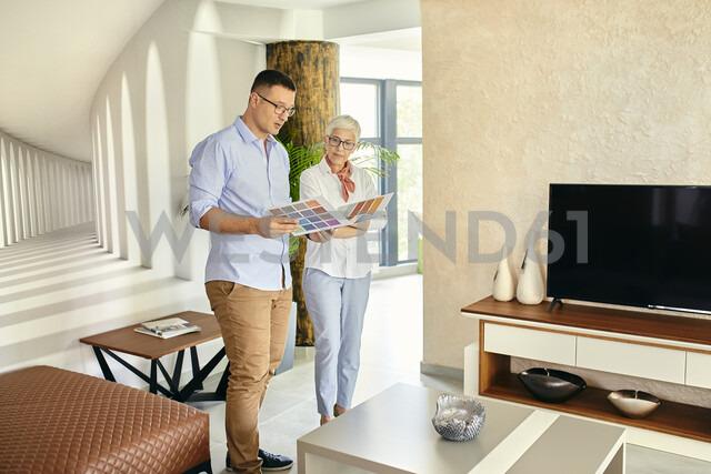 Man and mature woman talking in a furniture retail store - ZEDF02460 - Zeljko Dangubic/Westend61