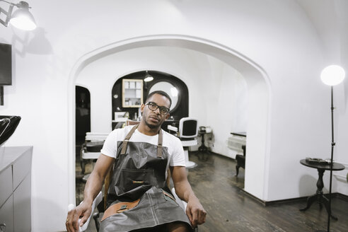 Portrait of barber in a barber shop - AHSF00502