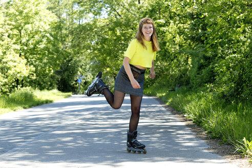 Deutschland,NRW,Ruhrgebiet,Stadt Essen,junge Frau beim Inlineskating - FLLF00236