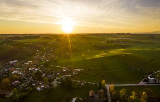 Sonnenaufgang �ber Holzhausen, Drohnenaufnahme, Holzhausen, F�nfseenland, Oberbayern, Bayern, Deutschland - LHF00646