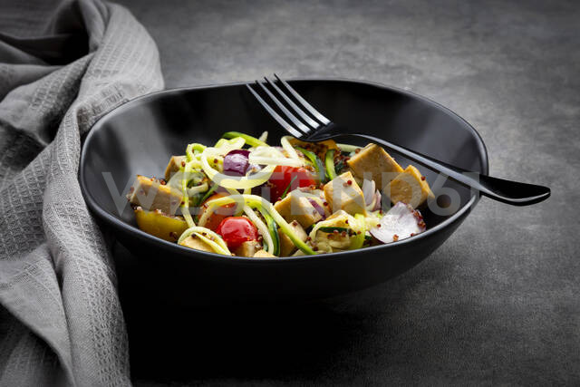 Zucchini zoodles with fried tofu, red quinao, onion and tomato - LVF08076 - Larissa Veronesi/Westend61
