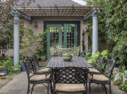 Table and chairs in backyard garden - MINF11904