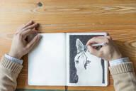 Man drawing a cat - JPTF00152