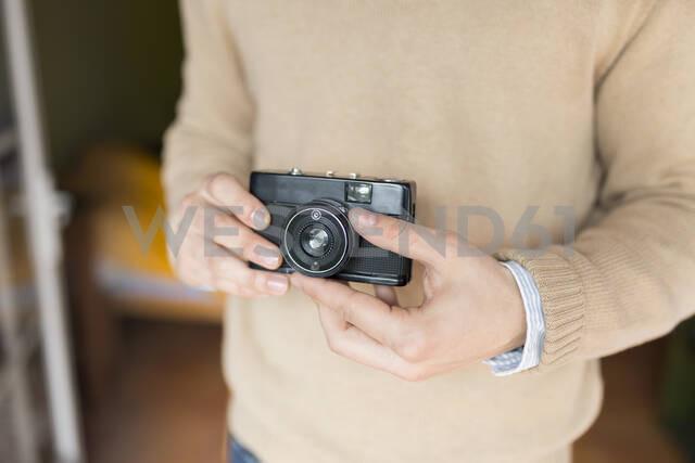 Man holding camera - JPTF00155 - Sus Pons/Westend61