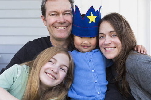 Family smiling together outside house - BLEF06705