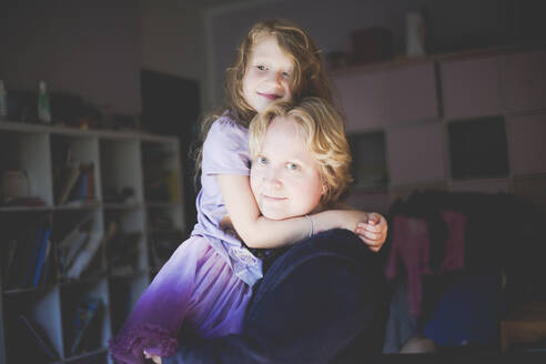 Portrait of smiling mother with daughter at home - IHF00110