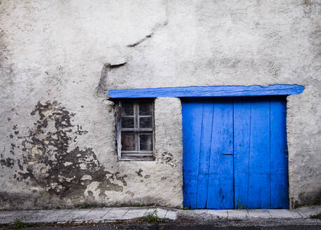 A blue door, France, Grenoble - IHF00134