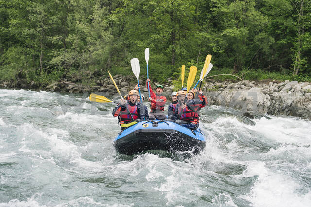 Group of people rafting in rubber dinghy on a river - FBAF00740 - Francesco Buttitta/Westend61
