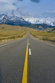Road leading to Mount Fitz Roy near El Chalten, Patagonia, Argentina, South America - RUNF02737