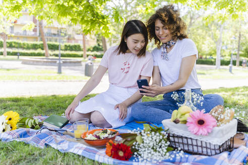 Italy, Tuscany, Florence, Young girls having picnic in Florence - FMOF00710