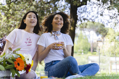 Italy, Tuscany, Florence, Young girls having picnic in Florence - FMOF00734