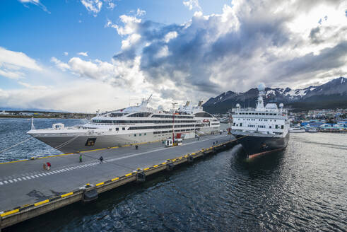 Cruise ship anchoring in the harbour of Ushuaia, Tierra del Fuego, Argentina - RUNF02843