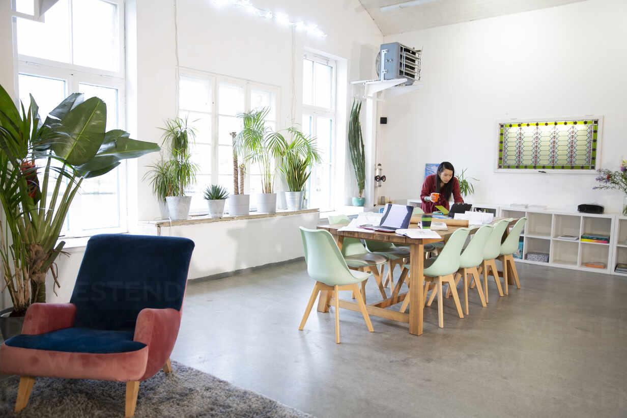 Woman working at table in modern office - FKF03355 - Florian Küttler/Westend61